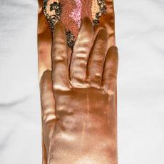 Su Richardson, Friends Gloves II, 1979, approx. 11 x 30 cm.