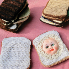 Su Richardson, Packed Lunch, 1976, wool sizes variable (approx. 13 x 11 cm each) with subsequent additions; at the forefront: Babyface Sandwich, 1976; remade 2012. 'Home Strike,' 2018, l'étrangère